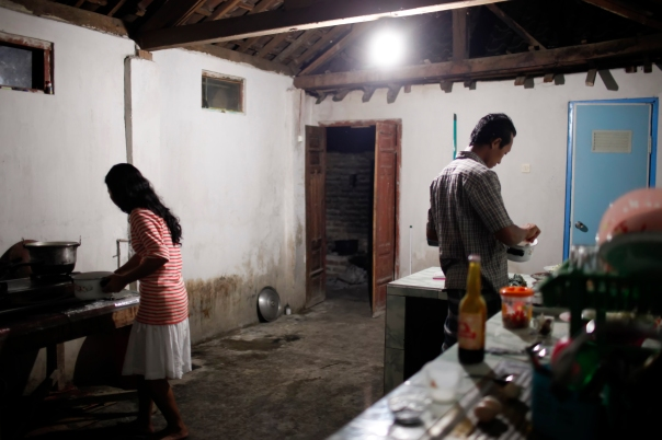 Joko and Ristanti spend time in the kitchen preparing a meal for their guests. Instead of moving into their conjugal home, Joko lives in Ristanti's family house to help out with the library project and ensure the fruition of her dream. He also moved in to care for his ailing mother-in-law.